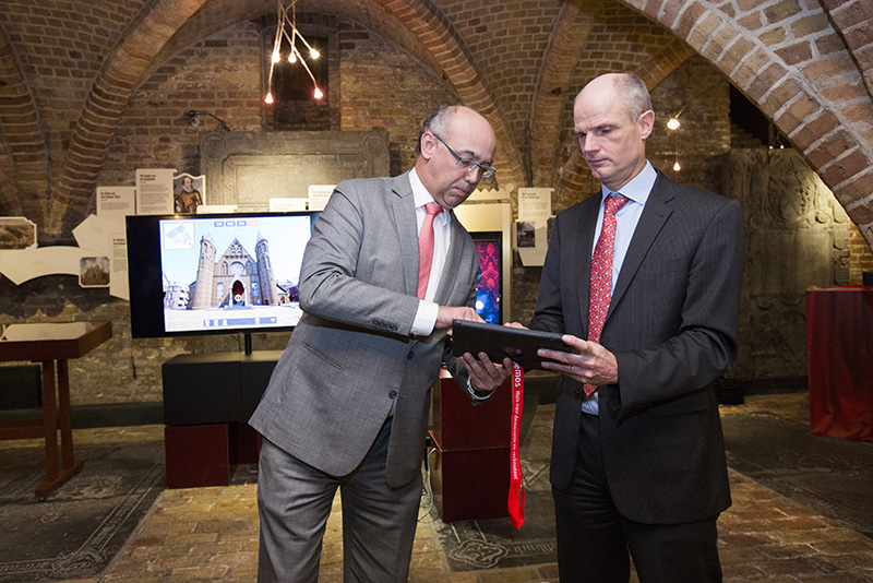 Minister Stef Blok en directeur van ProDemos Eddy Habben Jansen gebruiken de app. fotograaf: Bart van Vliet